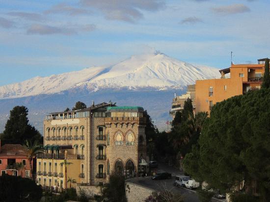 Hotel Villa Carlotta : Hotel with Mt. Etna backdrop