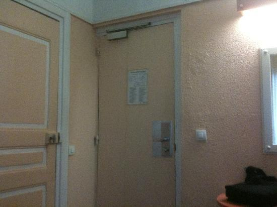 Hotel Montmartrois : Back of main door (right) and bathroom to left (no lock)