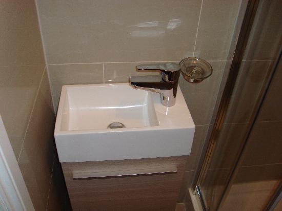 St. Mark Hotel: Lavandino, bisogna stare attenti a non allagare il bagno :-)