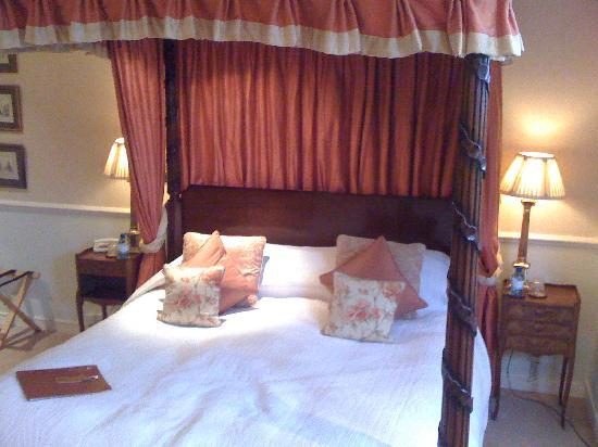 Apsley House Hotel: What a bed!