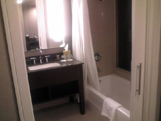 Pinnacle Hotel At The Pier: Bathroom