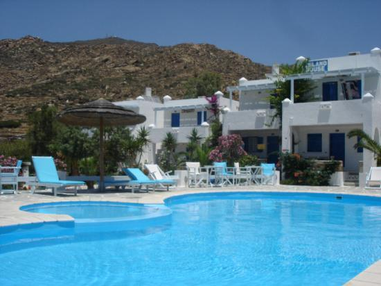 Island House Hotel Studios Apartments: Main complex with swimming pool