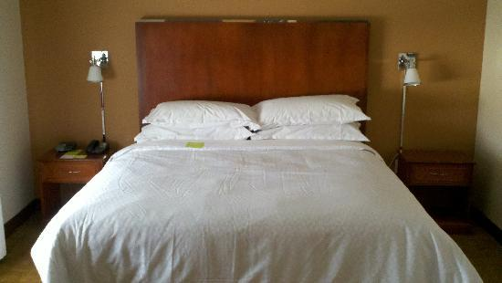 Four Points by Sheraton Houston Hobby Airport: Bedroom