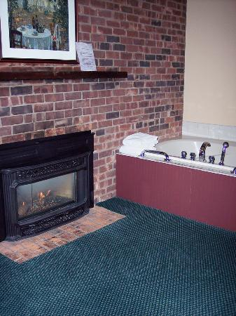 Yankee Inn: Fireplace and Tub....cozy