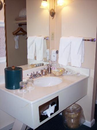 Yankee Inn: Vanity Area