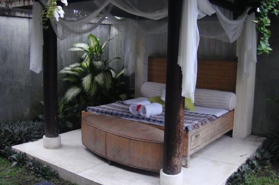 D'Djabu Hotel: Day bed by the poolside looked really beaten up and dirty.