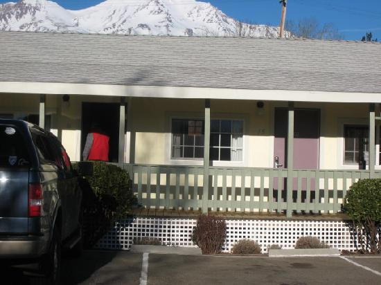 Cold Creek Inn: Motel Entrance & Mt. Shasta