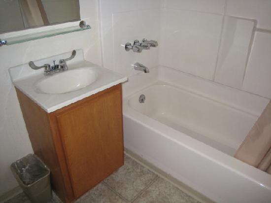 Cold Creek Inn: Shower & Small Sink