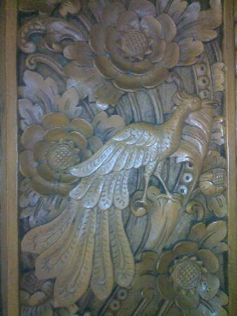 Matahari Beach Resort & Spa : Detail Wood Carved Bed
