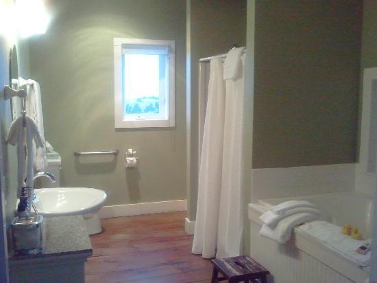 Inn at Discovery Coast: Our adorable bathroom with shower and jetted tube
