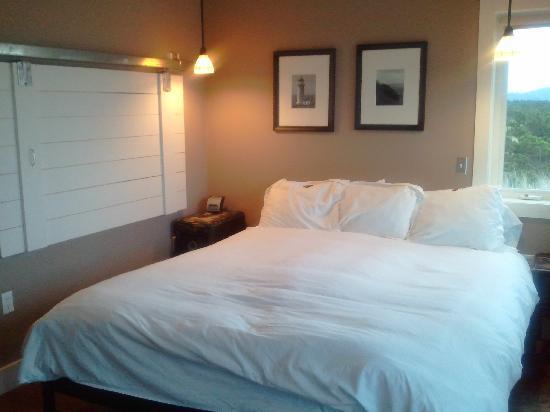 Inn at Discovery Coast: King size bed, iHome docking station and closed partition between bedroom and bathroom