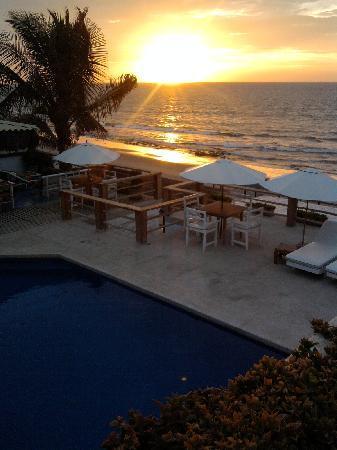 Puerto Palos: Terraza, piscina y bajada a la playa