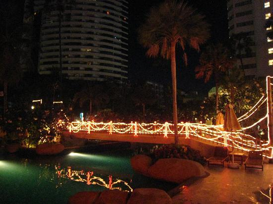 Jomtien Palm Beach Hotel & Resort: pool area in th eevening
