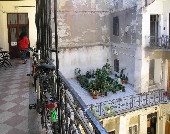 Origo Hostel & Guesthouse : courtyard gallery