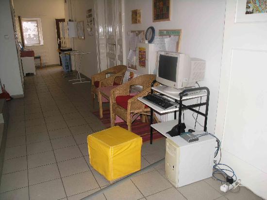 Origo Hostel & Guesthouse : Internet in the corridor