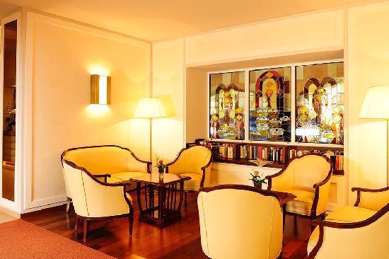 Hotel Bavaria: Kleine Hausbibliothek mit Tageszeitungen udn Wochenmagazinen