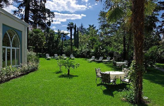Hotel Bavaria: Parkanlage mit Palmen und Zedern