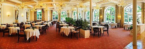 Hotel Bavaria: Eleganter Speisesaal im Jugendstil mit Blick in den Park