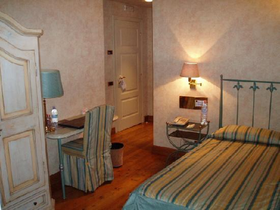 Hotel Parco Borromeo: Same Single Room - View towards the door