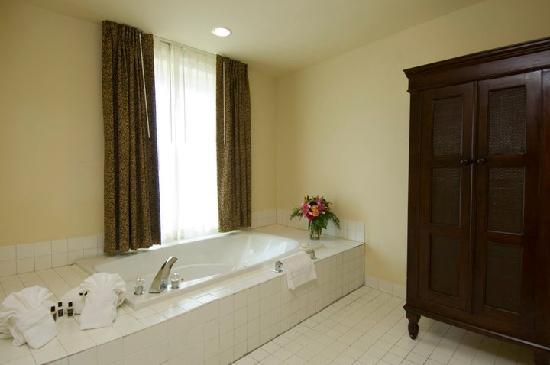 Embassy Suites by Hilton Charleston - Historic Charleston: King Suite with Jacuzzi
