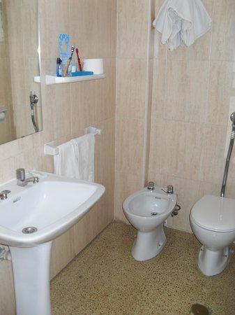 Salle de bain picture of hotel roc linda can pastilla for Salle de bain hotel
