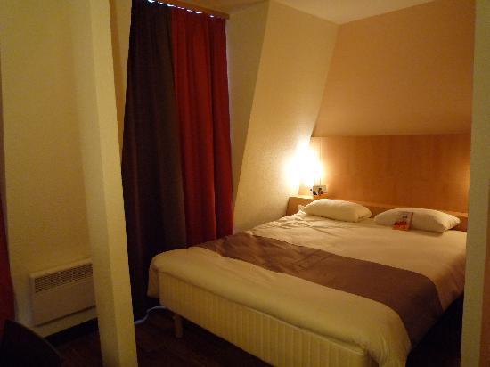 Chambre refaite dernier etage au calme vue court interieur for Calme interieur
