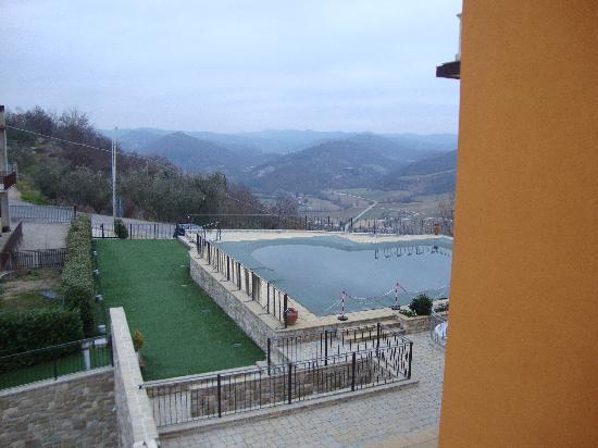 Hotel Fortebraccio : Piscina e paesaggio