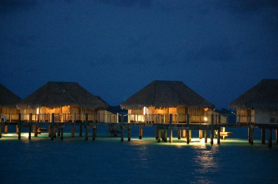 Bora Bora Pearl Beach Resort & Spa: Night shot