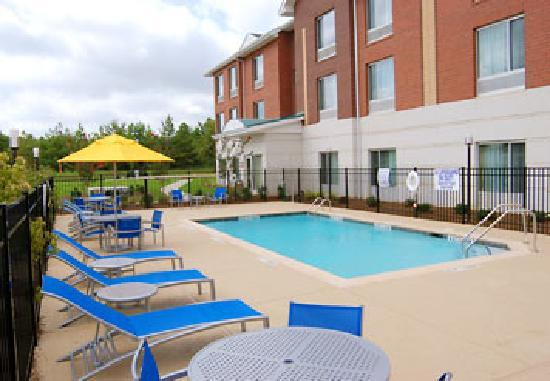 TownePlace Suites Rock Hill: The sun-deck and swimming pool is the perfect place to let go and relax after a hard day's work