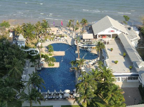 Novotel Hua Hin Cha Am Beach Resort and Spa : Blick auf Pool-Anlage und Strand