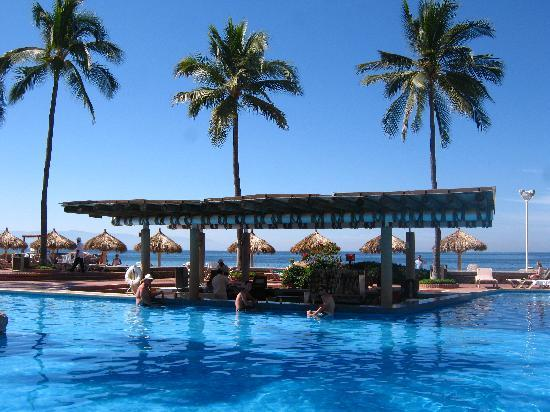 Sheraton Buganvilias Resort & Convention Center: Swim up pool bar was incredible