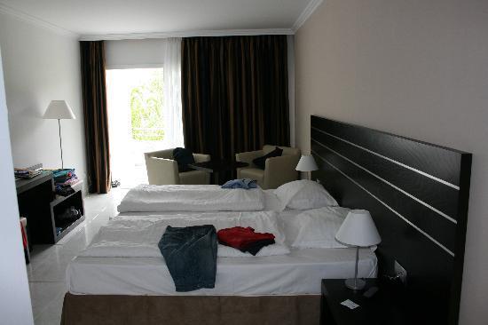 Kleines Zimmer Zwei Betten :  , zwei Ablagen neben den Betten, kleine Sitzecke mit zwei Sesseln und