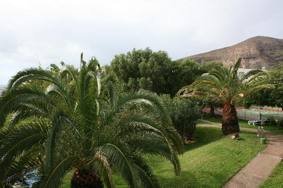 Hotel Esquinzo Beach Fuerteventura: Blick vom Balkon in die sehr gepflegte Grünanlage zwischen den Gebäudeteilen