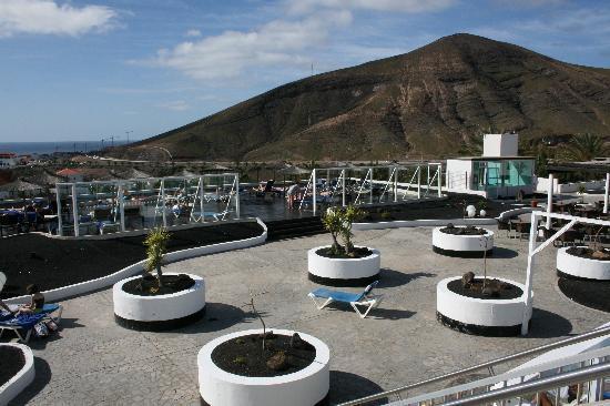 Hotel Esquinzo Beach Fuerteventura: Sonnenterrasse mit Windschutz und Poolbar
