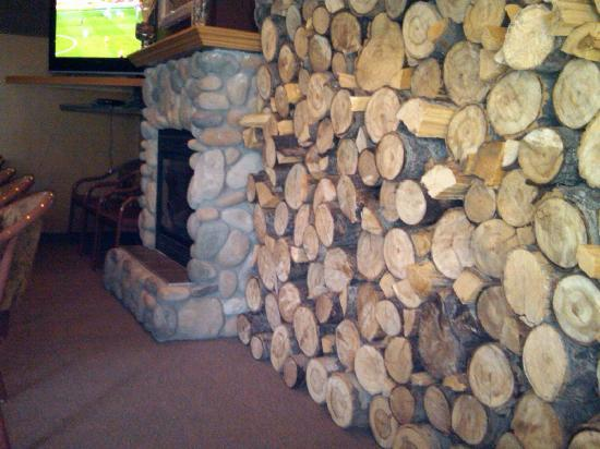 Elkwater Lake Lodge and Resort: The Fireplace in the Bar