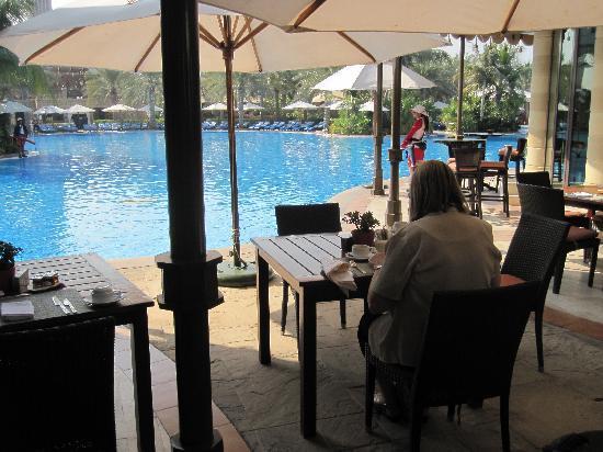 Jumeirah Al Qasr at Madinat Jumeirah: Pool Breakfast