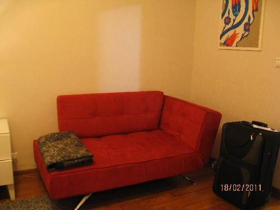 Hotel Amira Istanbul : Room 501, red sofa