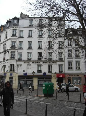 Hotel Regyn's Montmartre: The square and hotel in distance