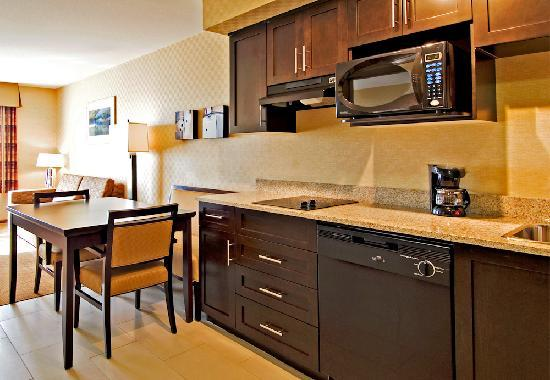 Holiday Inn Express Hotel & Suites Riverport: Kitchen one bedroom suite