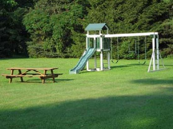 Lantern House Motel Great Barrington: Swing Set & Picnic Table