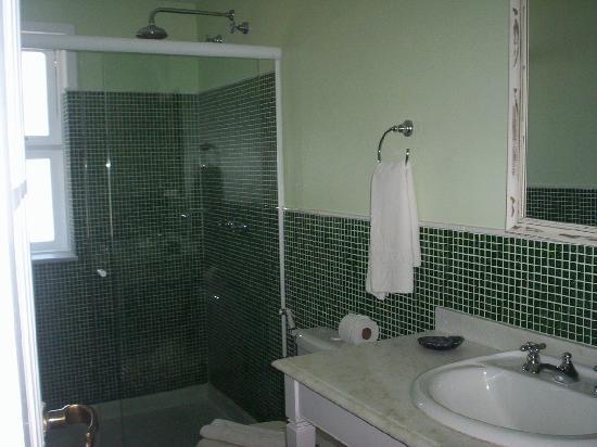 Pousada Corsário : baño amplio