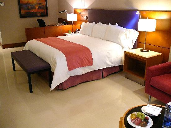 Hilton Cartagena: Guest room in the Executive Wing; note the work area in the background.