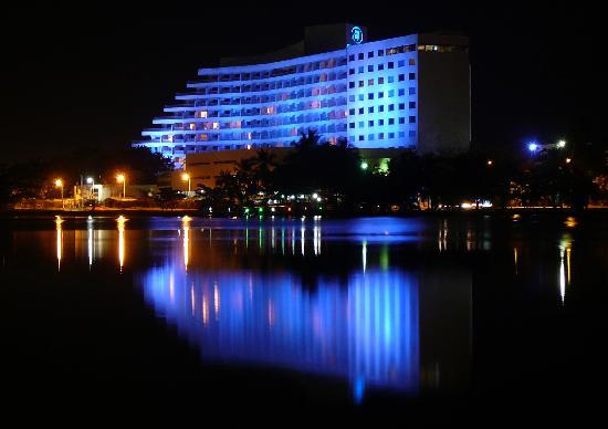Hilton Cartagena: Nighttime view of the hotel, overlooking El Laguito.  The building at right is the Executive Win