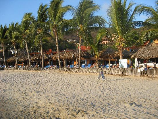Villa Mexicana Hotel: beach view of hotel