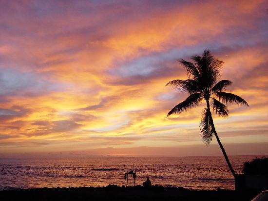 Kona Seaspray: sunset from the pool-lanai over temple ruins