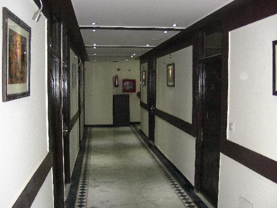Hotel Agra Mahal: Passage area