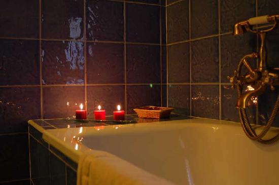La Posada de Santa Ana: Baño con velas