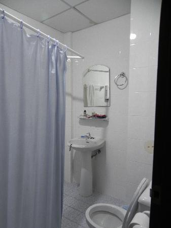 Patong Hillside Hotel: Bathroom