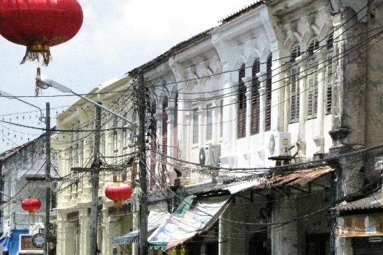 Phuket, Thailand: Typische Fassadenreiehe im sinoportugiesischen Stil