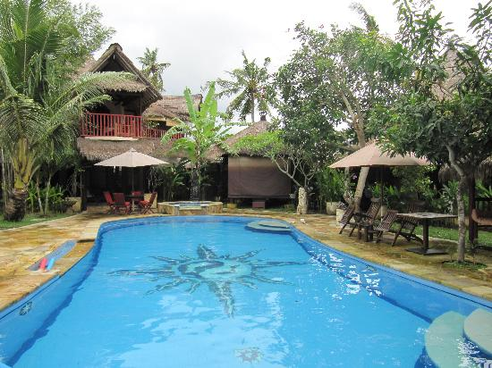 Serenity Eco Guesthouse and Yoga: vue piscine et villas